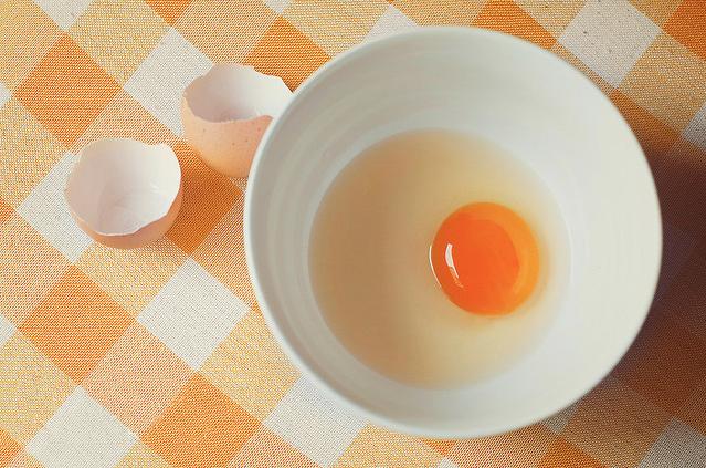 Сырые яйца: польза и вред, можно ли пить натощак, сколько хранятся