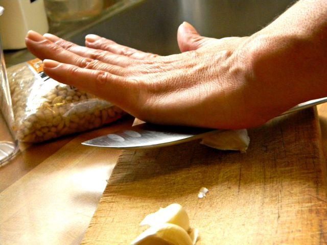 Как быстро почистить чеснок: 6 способов