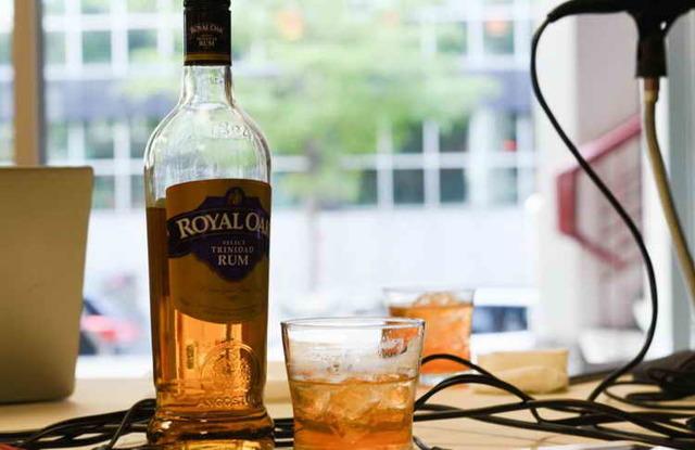 Как правильно пить ром: чем запивать и закусывать