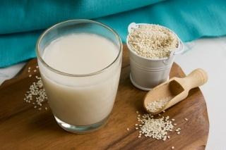 Кунжутное молоко: польза и вред для здоровья
