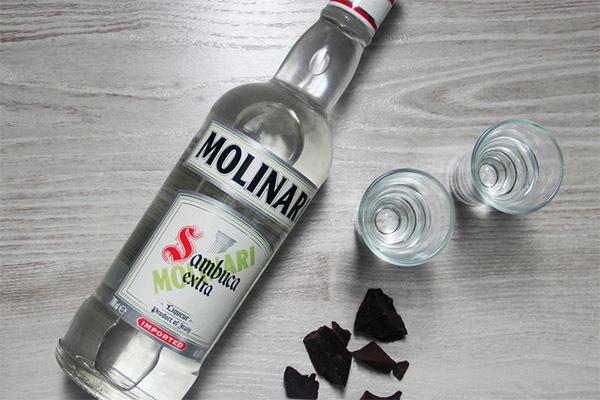 Как правильно пить самбуку: чем запивать и закусывать